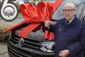 Henk Kluver (90 jaar) van Van Raam wint VW Transporter