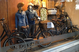 Kees de Mooij etaleert Cortina Jeans fiets op bijzondere wijze