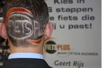 Bas Boeijen laat logo Fietsplus op achterhoofd zetten