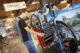 Fietstechnicus sleutelt bij peter terlouw fietsen 80x53