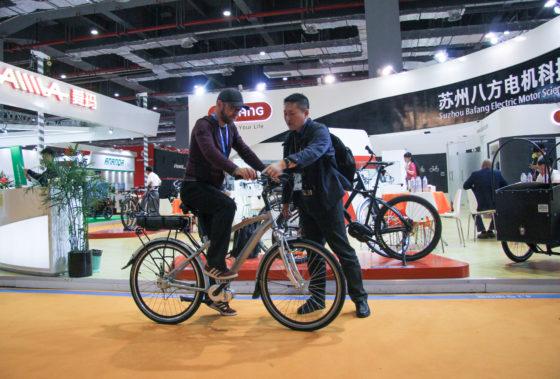 Publieke belangstelling voor het Bafang E-shaft systeem op de 27e China Bicycle Fair in Shanghai. Foto Hannes Neupert