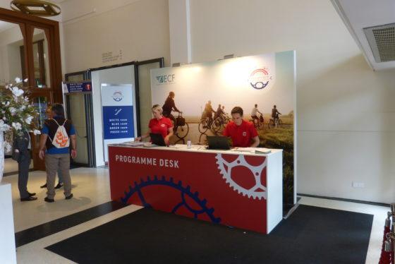 Information desk, gerund door een paar van de 600 vrijwilligers van Velo-city. Foto redactie Tweewieler