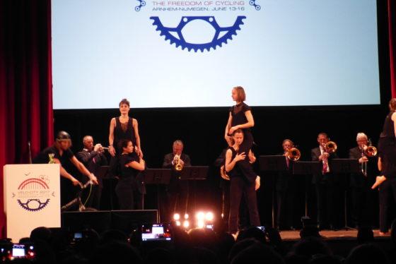 De Arnhemse Meisjes, BMX-er Rick Koekoek en de brass band van het Gelders Orkest verzorgden een vrolijke openingsceremonie. Foto redactie Tweewieler