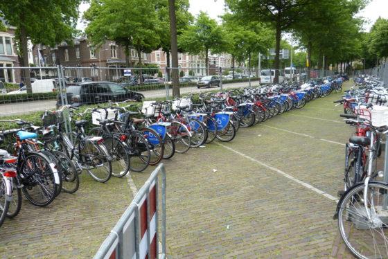 Voor de 1.500 deelenemers zijn leenfieten beschikbaar. Deze werden onder meer door BikeWerk Nijmegen rijklaar gemaakt en geserviced. Foto redactie Tweewieler