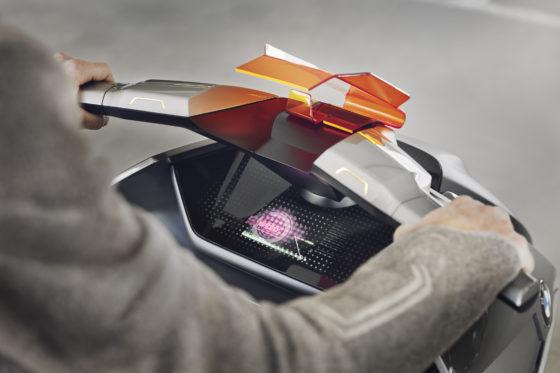 BMW introduceert de Concept Link scooter, een soort kruising tussen een tweewieler voor stadsmobiliteit en een smartphone. Foto's RvG