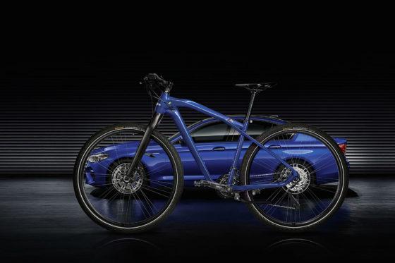 Automotive oplossingen op 2 wielen: M Bike Carbon Editie in bijpassende kleur bij je BMW. Met veel carbon en andere zeer lichte oplossingen. Foto's RvG