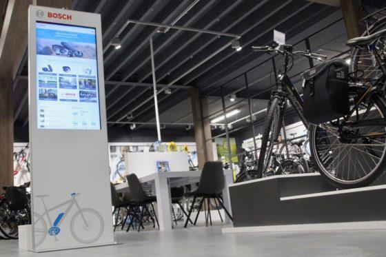 De zuil heeft een groot touchscreen waarmee de consument zelf aan de slag kan om specifieke informatie te vinden.  Foto Hartje Benelux