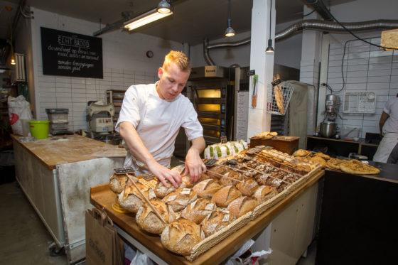 Joris van Duijnhoven verkoopt uitsluitend brood zonder toevoegingen, gemaakt van zijn eigen desem.