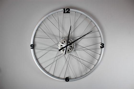 Van afgedankte fietsonderdelen zijn prachtige voorwerpen te maken. Zoals deze bijzondere klok.