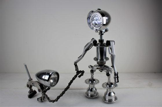 Behalve gebruiksvoorwerpen maakt Anneke Dubbeld ook kunst en sieraden.